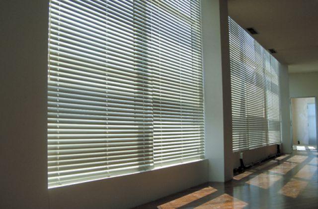 cortina veneciana d'alumini color gris per a grans finestres