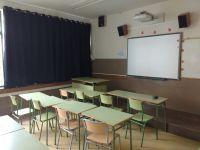 cortina tradicional opaca per a aula d'institut