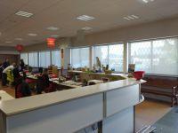 Cortines enrotllables de polyscreen color blanc per a oficines a Montcada i Reixac